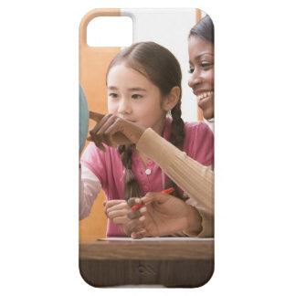 Lärare och student tittar jordklot iPhone 5 Case-Mate fodral