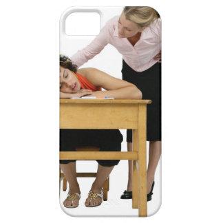 Lärare som sovande kontrollerar på student på iPhone 5 skal