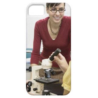 Lärare som talar till studenten i laboratorium iPhone 5 hud