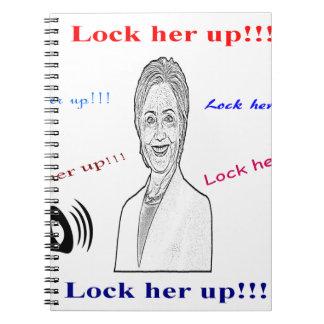Låsa upp henne anteckningsbok med spiral