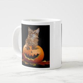 Läskig Halloween pumpa och somalisk kattunge Jumbo Mugg