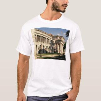 Lateralen beskådar av museet tee shirts