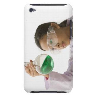 Latinamerikansk flicka tittar flytande i Case-Mate iPod touch skydd