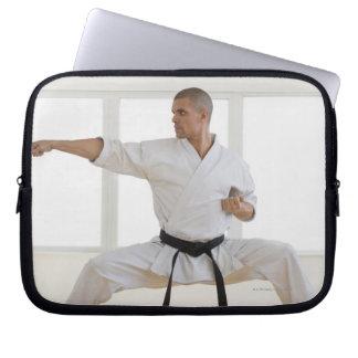 Latinamerikanskt male karatesvartbälte i laptop sleeve