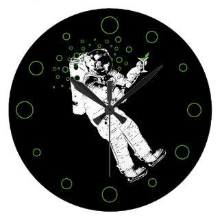 Lätt berusad astronaut stor klocka