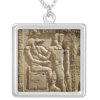 Lättnad av Sobek och Ptolemy VI Philometor Silverpläterat Halsband