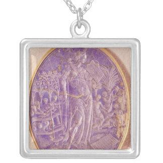 Lättnad som visar en allegori av musik silverpläterat halsband