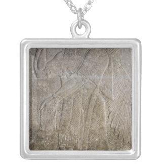 Lättnad som visar en bevingad ande i arabiska sago silverpläterat halsband