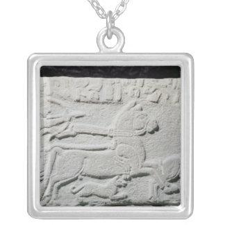 Lättnad som visar en hjortjakt silverpläterat halsband