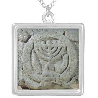 Lättnad som visar en menora silverpläterat halsband