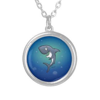 Le den roliga hajen på blåttbakgrund halsband med rund hängsmycke