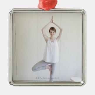 Le kvinnan som gör yoga julgransprydnad metall