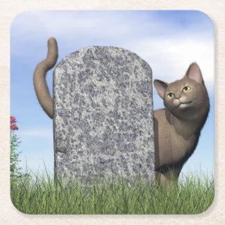 Ledsen katt nära gravstenen underlägg papper kvadrat