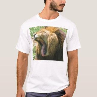 Lejon gäspning t shirts