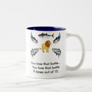 Lejont vs tonfisk Två-Tonad mugg