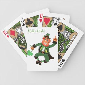 Leperchaun som leker kort spelkort