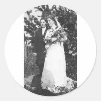 Lesbiskt bröllop Circa 1920 Runt Klistermärke