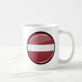 Lettisk flagga för glansig runda kaffemugg