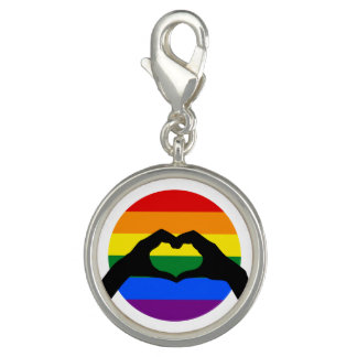 LGBT-gay prideregnbågen och hjärta räcker Berlock