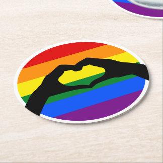 LGBT-gay prideregnbågen och hjärta räcker Underlägg Papper Rund