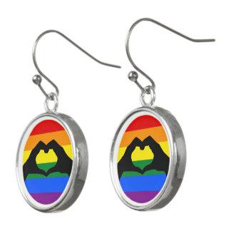 LGBT-regnbågen och hjärta räcker silhouetten Örhängen