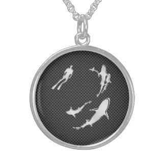 Lik dykare för krom med hajar på kolfiber sterling silver halsband