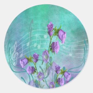 Lila blommor och musik noter runt klistermärke