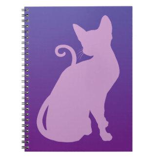 Lila katt på lilor anteckningsbok med spiral