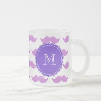 Lila mustaschmönster, purpurfärgad vitMonogram Frostad Glas Mugg