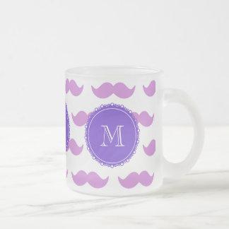 Lila mustaschmönster, purpurfärgad vitMonogram Kaffe Mugg