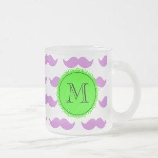 Lila mustaschmönster, svart Monogram för grönt Frostad Glas Mugg