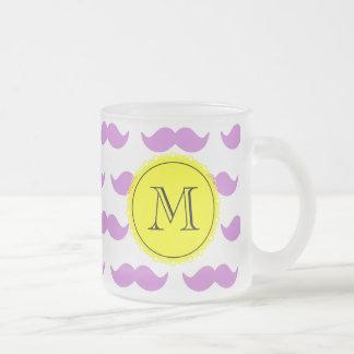 Lila mustaschmönster, svart Monogram för gult Frostad Glas Mugg