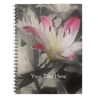 Liljablomma i svartvit anteckningsbok
