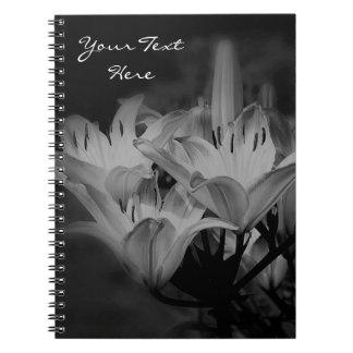 Liljan blommar i svartvitt anteckningsbok med spiral