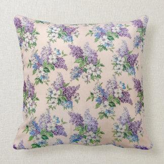 Lilor och lavendellilor på vintagetapeten kudde