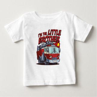 Lite avfyrar brodern lastbilen tröja