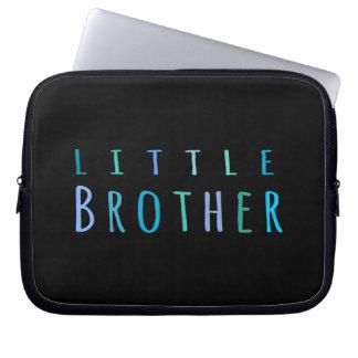 Lite broder i blått datorskydds fodral