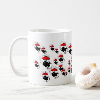 Lite fiskar med röda paraplyer kaffemugg