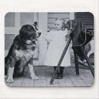 Lite fotograf och henne St Bernard vintage Musmatta
