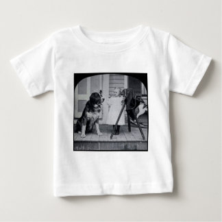 Lite fotograf och henne St Bernard vintage T-shirts