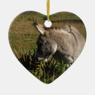Lite grå åsna med vildblommar julgransprydnad keramik