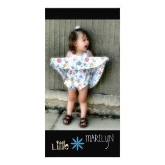 Lite Marilyn rolig flicka i klänningkort Fotokort