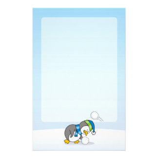 Lite pingvin som får en snöboll brevpapper