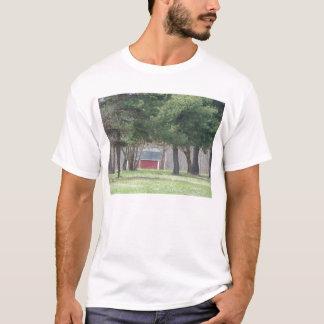Lite röd ladugård i dunge av träd tee shirt