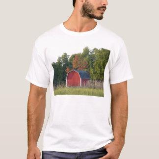 Lite röd ladugård i höst tee shirt