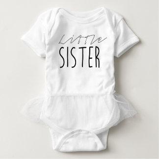Lite svärtar systern | djärv typografi tee shirt