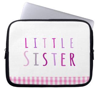 Lite syster i rosor datorskydds fodral