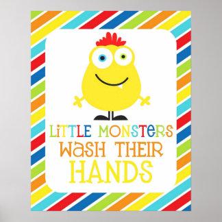 Lite tvättar monster deras händerbarns tryck