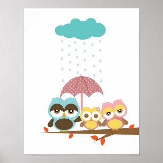 Lite ugglaflicka med mammapappan under paraplyet affischer