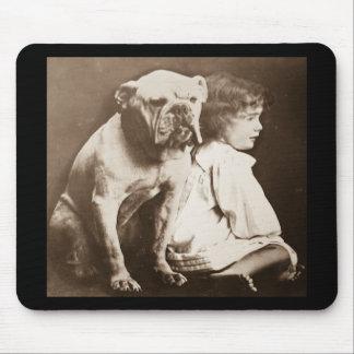 Liten flicka och henne Glass glidbana för bulldogg Musmatta